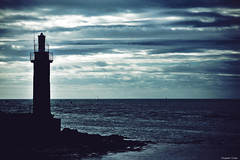 Porte vers l'océan (Le dahu) Tags: phare lighthouse sea mer ocean sky ciel bretagne finistère dark shadow ombre clouds nuages nature paysage landscape darktable d610 nikon tamron 70200