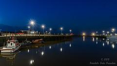 Spiegeln im Hafenbecken (Friedels Foto Freuden) Tags: blauestunde canond80 nacht boote hafen spiegelung neuharlingersiel lichtsterne