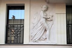 Détail sculpté sur un immeuble des années 2000/2010 à Levallois-Perret (Sokleine) Tags: décorarchitectural details détails architecture architecturedetails sculptures building levallois levalloisperret 92300 hautsdeseine alentoursdeparis banlieue iledefrance france eu musicienne lyre femme woman fenêtre window