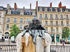 254 France - Bourgogne, Dijon, une fontaine Place Grangier (paspog) Tags: france dijon bourgogne 2019 august août fontaine fountain placegrangier