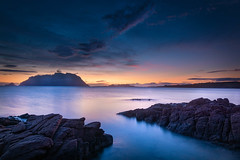 Sardinien Blaue Stunde (markusgeisse) Tags: sardinien italien italy meer sea blue hour blaue stunde langzeitbelichtung long time exposure stone steine felsen wasser water sky himmel clouds wolken orange sunrise sonnenaufgang morgen morning sony alpha nd filter graufilter