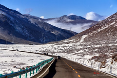 D5H_2328 (愚夫.chan) Tags: 雪景 snowscene snow road mountains seaofclouds bluesky sky 四川 sichuan china 路 雪 山 雲海 藍天 天空 陰影 光影