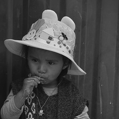 la gourmande Bolivie _2392 (ichauvel) Tags: portrait noiretblanc blackandwhite fillette littelgirl girl enfance childhood mignonne cute lovely manger eating chapeau hat glace icecream rue street portraitderue streetportrait bolivie bolivia tarabuco chuquisaca amériquedusud southamerica amériquelatine voyage travel photoderue streetphotography