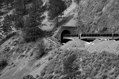 Following the Thompson River (Canada) (herbert@plagge) Tags: eisenbahn rockymountaineer thompsoncanyon zug tunnel landschaft schwarzweis britishcolumbia kanada canada railways blackwhite train landscape cans2s