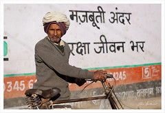 Le cycliste (Joce Vuillemot) Tags: inde india indedunord asie asia northindia rajasthan portrait people personne homme man voyage travel streetphoto streetphotography photoderue vélo bicyclette canon canoneos5dmarkii canonef2470f28lusm