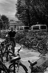Mine de rien (Marc Nikonis) Tags: allemagne baden deutschland germany heidelberg rue street vélo fahrrad police polizei gare homme mine rien