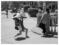 Bien cadrée? (francis_bellin) Tags: noiretblancphoto blackandwhite streetphoto chapeaux netb rue photoderue andalousie ville lignes cité photographie street streetphotographie espagne blackandwhitephoto monochrome photographe photographederue plazadeespaña olympus passantes bw 2019 séville noiretblanc