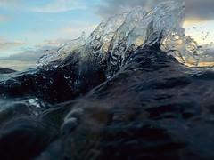 Viernes por la tarde. (Vanessa Pita) Tags: ocean splash salpicadura agua gotas drops blue azul noon afternoon friday viernes