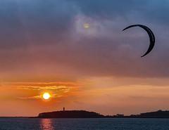 Sonne - Mond und Schirm (samba_oleg (no weapons in private hands)) Tags: sonne sonnenuntergang ostsee ort leuchtturm lighthouse