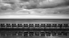 Les chaises (callifra7) Tags: canoneos5dmarkiv ef24105mmf4lisusm nice plage promenadedesanglais hiver noiretblanc chaises côtedazur france beach winter blackandwhite chairs ciel sky nuages clouds