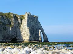 DSCN8451 (alainazer) Tags: etretat normandie france eau acqua water ciel cielo sky sea mer mare pierres piedras pietra stones