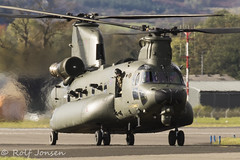 ZH902 Royal Air Force Boeing MH-47E Chinook Glasgow airport EGPF 17.10-19 (rjonsen) Tags: helicopter military aviation taxying airside green raf