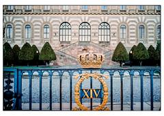 (schlomo jawotnik) Tags: 2019 oktober stockholm royalegefühle königshaus palast könig königin prinz prinzessin adel xiv krone gold tor blau dreieck bäume kies treppe fenster kranz analog film kodak kodakproimage100 usw