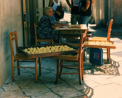 Signora che prepara le orecchiette a Bari vecchia