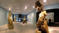 Human Activity, by Daniel Silver, in the Bloomberg SPACE at the London Mithraeum - Panorama, 6th August 2019 (Phil Masters) Tags: humanactivity danielsilver sculpture londonmithraeum bloombergspace 6thaugust august2019 london displaycase archaeology panorama