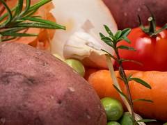 Vegetable Stew (H - D - O) Tags: makro gemüse kartoffel zwiebel onion knoblauch möhre vegetablestew bohnenkraut rosmarin macromondays mainmeal