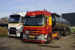 Mercedes-Benz Actros 1844 Gebr. van der Lee 38 met kenteken BX-BN-07 en Renault hd001 ckz42a Van Der Bas B.V. met kenteken 40-BJL-4 in Mill 24-11-2019 (marcelwijers) Tags: mercedesbenz actros 1844 gebr van der lee 38 met kenteken bxbn07 en renault hd001 ckz42a bas bv 40bjl4 mill 24112019 mercedes benz truck trucks lorrie lkw camion vrachtwagen vrachtauto nederland niederlande netherlands pays