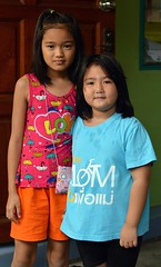 sisters (the foreign photographer - ฝรั่งถ่) Tags: two sisters children kids khlong lard phrao portraits bangkhen bangkok thailand d3200