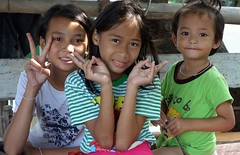 children in the shade (the foreign photographer - ฝรั่งถ่) Tags: three children kids khong khlong lard phrao portraits bangkhen bangkok thailand nikon d3200