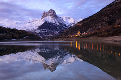 Lanuza. Reflejos. (Alberto Lacasa) Tags: foratata mountainscape formigal reflejo landscape sunset nature water mountains autumn reflejos snow pantano reflection november lanuza altogallego sallentdegallego valledetena reflections montañas mountainlake sky winter cold atardecer landscapephotography frozen
