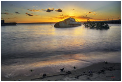 barco hundido en Tofo (bit ramone) Tags: barcos boat oceano puerto port sea mozambique tofo bitramone áfrica sand arena playa beach travel viajes