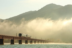Foggy morning (Teruhide Tomori) Tags: kyoto japon japan railway railroad yurariver theyurariverbridge ktr ktr700series river train dmu single landscape 京都丹後鉄道 日本 列車 丹後半島 北近畿 京都 宮津 由良川 由良川橋梁 丹後由良 ディーゼルカー 単線 気動車 bridge water sky fine tantetsu morning thickfog heavyfog fog autumn densefog 河口 濃霧 初冬 霧 朝霧 morningfog