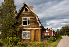 Abandoned wooden house (Burminordlicht) Tags: abandoned woodenhouses woodenbuildings woodenstyle forgotten old weathered verfallen dilapidated oldhouses houses nordicbuildings nordichouses nordic rotten rottenhouse ruin ruine