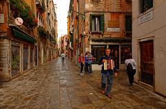 Venezia / Rio Terà Secondo (Pantchoa) Tags: venise italie rue rioterasecondo accordéoniste accordéon musicien streetshot photoderue ruelle pluie sanpolo rioteràsecondo calledelscaleter