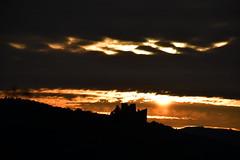 DSC_9805 (griecocathy) Tags: paysage lever soleil ciel nuage montagne ruine château sombre lumineux noir jaune blanc crème beige
