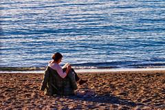 Le donne che... ( versione colore ) - Women who ... (color version) (Eugenio GV Costa) Tags: approvato donne leggere women dangerous sea mare street outside
