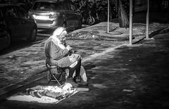 Nonnina lavora a uncinetto. (Ludo Silvagni) Tags: street streetphotography fotografidistrada nonna nonnina roma uncinetto biancoenero blackandwhite bw monochrome ludosilvagni