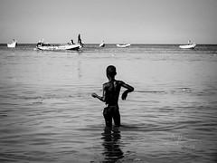 Garçon de pêche (Saurí) Tags: pêche garçon children senegal africa blackandwite bw beach