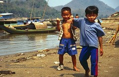 Luang Phrabang, kids posing (blauepics) Tags: southeast asia südostasien laos lao luang prabang phrabang city stadt mekong mekhong river fluss water wasser shore ufer boat boot ship schiff kids children kinder jungs boys posing posen funny lustig
