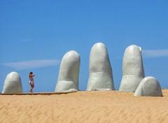 Entre los dedos (carlos_ar2000) Tags: paseo walk chica girl mujer woman bella beauty sexy playa beach escultura sculpture mano hand dedos fingers linda pretty gorgeous puntadeleste maldonado uruguay