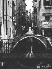 190703-128 La mariée (clamato39) Tags: olympus venise italie italy voyage trip urban urbain city ville canal bridge pont blackandwhite bw monochrome noiretblanc europe
