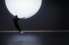 Au clair de lune, Debussy à l'Opéra Garnier. Tu danses et je te regarde... (Paolo Pizzimenti) Tags: danse opéra garnier debussy danseur ballet bonnet louvre vendeur ombres lumière paris paolo olympus zuikoomdem1mkii 25mm f18 film pellicule argentique dosineau