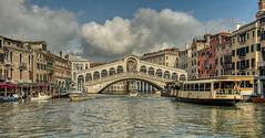 Pont Rialto Venise ! (Tahar Benk) Tags: venise pont eau lagune italie bateau nikon 810 2470mm