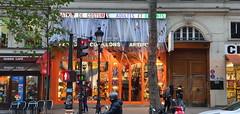 58 Paris Novembre 2019 - location de costumes boulevard Saint-Martin (paspog) Tags: paris france novembre november 2019 boulevardsaintmartin locationdecostumes costumes déguisements