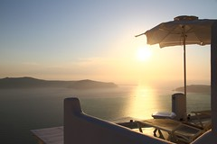 Sera a Santorini,Grecia (mirella cotella) Tags: evening sunset mood atmosphere travel places holidays greece merovigli santorini island summer landscapes seascapes colors tones caldera umbrellas sittingchairs