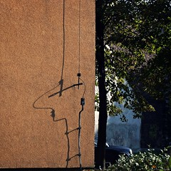 La Linea - Siemianowice Śląskie 2019 (Tu i tam fotografia) Tags: shadow cień twarz face linia line kreska wall ściana lalinea fun outdoor street ulica streetphotography fotografiauliczna streetphoto miasto city urban polska poland square quadrat kwadrat color colour lightningrod lightningconductor piorunochron car auto samochód funny
