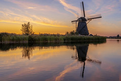 Holland Classic (Blende1.8) Tags: kinderdijk landschaft holland windmühle windmühlen landscape sunrise sonnenaufgang morning earlymorning water reflections reflection spiegelung windmill sony alpha ilce7rm2 a7rii mood moody sky huimmel color colourful colorful colours colour sel24105g 24105mm ufer bank