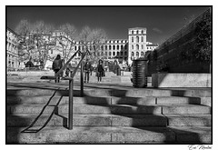 Douce journée estivale (litang13) Tags: marseille ville city town noit et blanc noir bw black white urban street monochrome people human persons canon eos photography photo digital shoot picture image composition stairs escalier