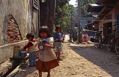 Luang Phrabang, Kids (blauepics) Tags: city kids asia südostasien stadt southeast laos lao luang prabang houses playing girl children perspective kinder lane mädchen spielen gasse häuser phrabang