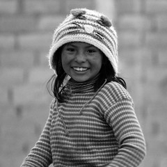 Sourire Bolivie _3147 (ichauvel) Tags: fillette littlegirl girl enfance childhood joie happiness bonnet portrait portraitderue streetportrait uyuni bolivie bolivia sudlipez amériquedusud southamerica amériquelatine voyage travel noiretblanc blackandwhite exterieur outside
