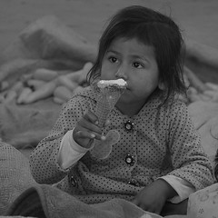 La bonne glace Bolivie _2384 (ichauvel) Tags: fillette littlegirl girl manger eating glace icecream mignonne cute lovely marché market assise sitting bolivie bolivia chuqusaca tarabuco amériquedusud southamerica amériquelatine voyage travel noiretblanc blackandwhite streetphotography photoderue