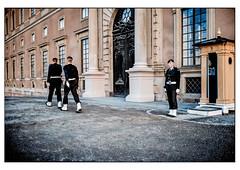(schlomo jawotnik) Tags: 2019 oktober stockholm schweden königshaus palast wache uniformierte royalegefühle könig königin prinz prinzessin wachdienst kies portal säulen film analog kodakproimage100 kodak usw