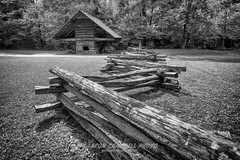 Fence & Corn Crib, 2019.08.22 (Aaron Glenn Campbell) Tags: fence bw blackandwhite cadescove townsend tennessee gsmnp nps smokymountains ±3ev 3xp hdr corncrib visitorcenter analogefexpro viveza nikcollection sony a6000 ilce6000 mirrorless rokinon 12mmf2ncscs wideangle primelens manualfocus emount sunny sunlight shade shadows outdoors