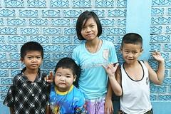 children against a wall (the foreign photographer - ฝรั่งถ่) Tags: children four kids khlong thanon portraits bangkhen bangkok thailand