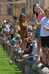 Tourists by the Leaning Tower, Pisa (Thomas Roland) Tags: tourist pose photo cattedralemetropolitanaprimazialedisantamariaassunta duomodipisa torrependentedipisa leaningtower leaning tower duomo europe europa italy italia italien sommer summer nikon d7000 travel rejse toscana tuscany by stadt town city pisa church katedral domkirke kirche cathedral