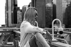 Mujer posando (New York people) (Samarrakaton) Tags: samarrakaton 2019 nikon d750 2470 newyork nuevayork usa eeuu estadosunidos gente people urbana street callejera woman mujer byn bw blancoynegro blackandwhite monocromo